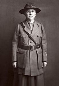 Clelia Duel Mosher in haar uniform van het Rode Kruis.